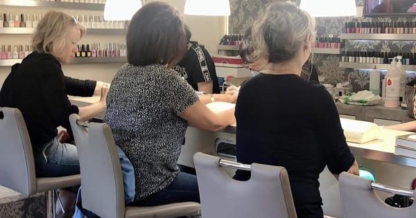 Nhượng lại tiệm nails ở flora praha tiệm lâu năm, khách ổn định.