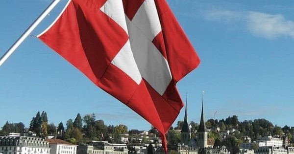 Cần tìm gấp thợ nail chính (biết nối mi thì tốt) làm việc tại Thụy Sỹ